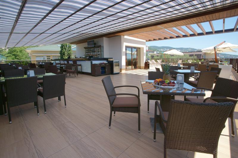 Кафе и зона отдыха на крыше отеля Багатель
