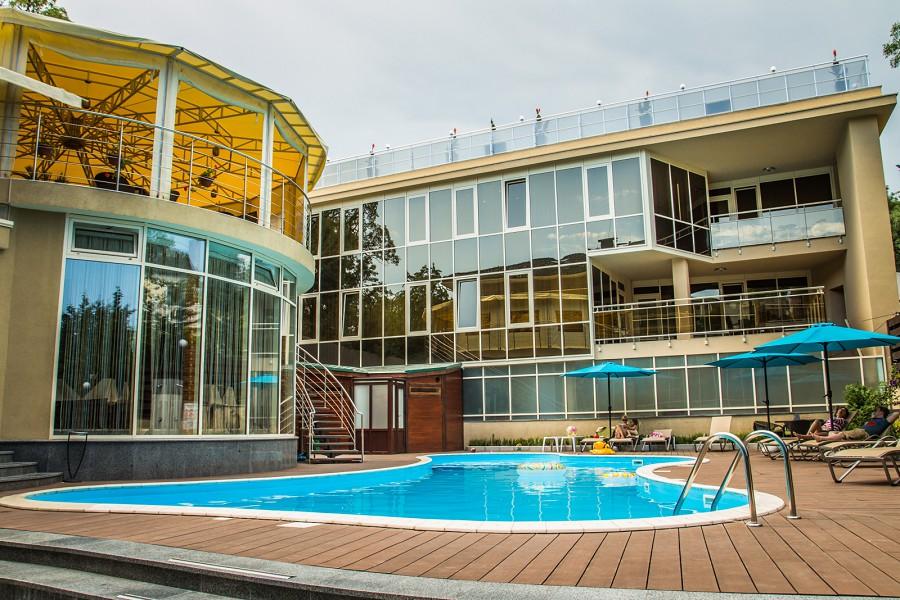 Открытый бассейн отеля Багатель