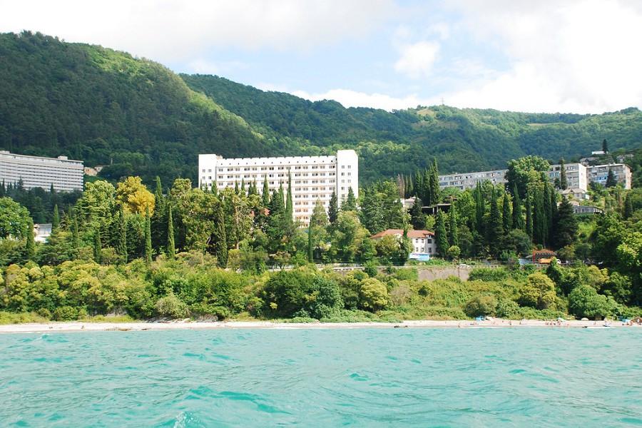 Вид с моря на пансионат Багрипш, Абхазия