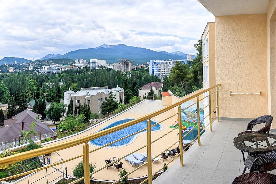 Вид на бассейн с балкона одного из номеров Полулюкс отеля Бартон Парк