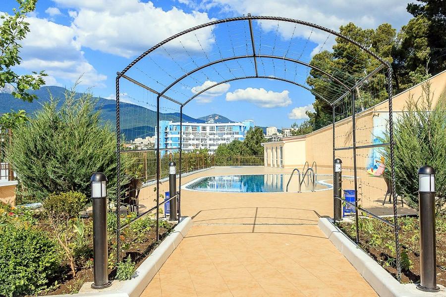 Территория и бассейн отеля Бартон Парк