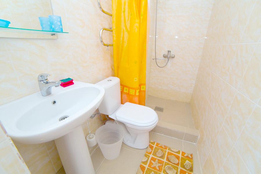 Туалетная комната Стандартного номера гостевого дома Белая панама