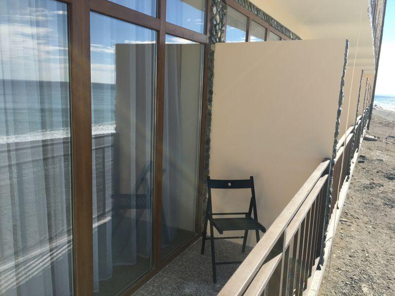 Балкон номера в пляжном корпусе гостиницы Белые Скалы