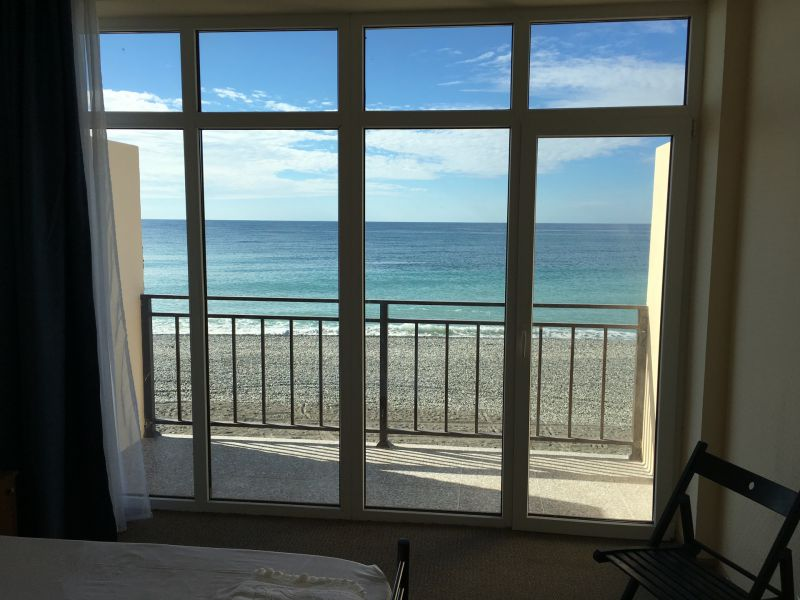 Вид на море из номера в пляжном корпусе гостиницы Белые Скалы