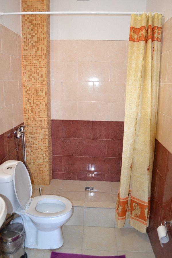 Туалетная комната номера в пляжном корпусе гостиницы Белые Скалы