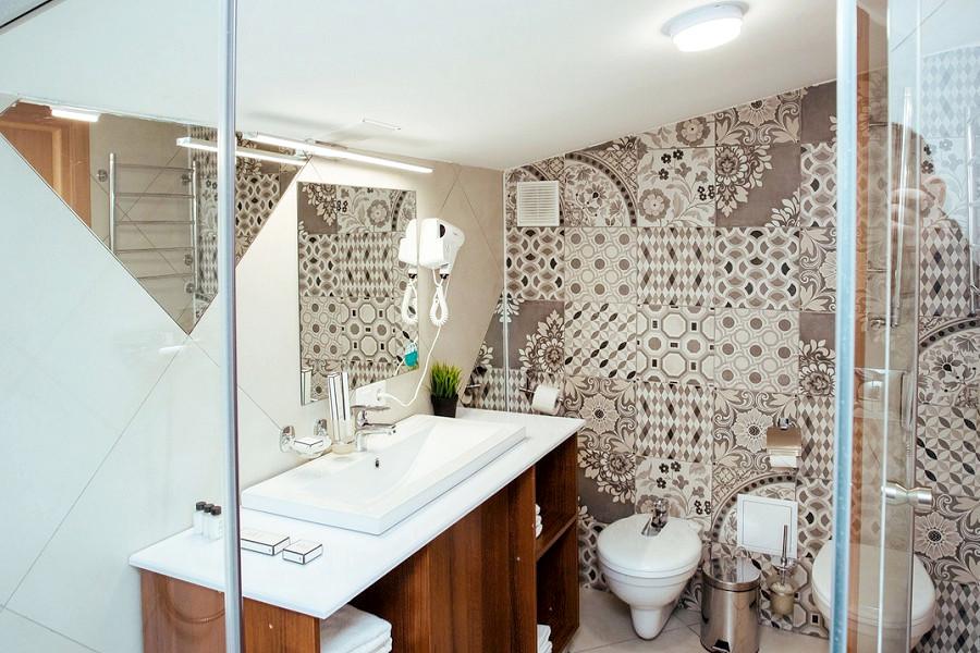 Туалетная комната номера Triplе LV отеля Beton Brut