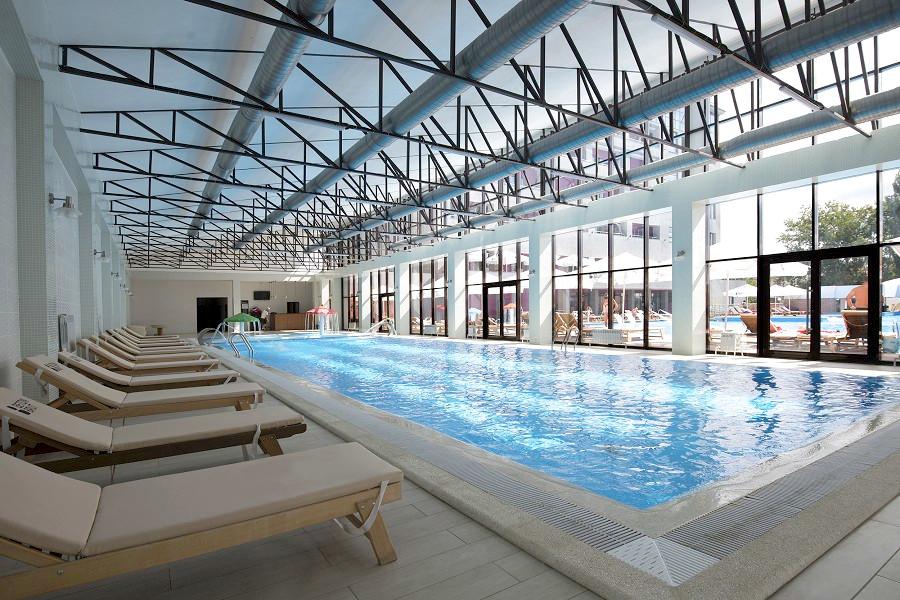 Крытый бассейн отеля Beton Brut