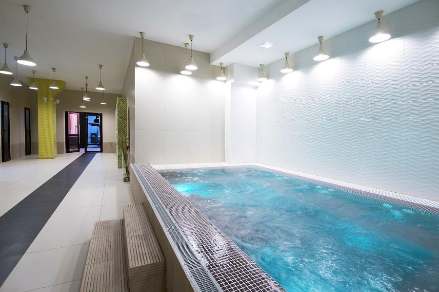 Гидромассажный бассейн в спа-комплексе отеля Beton Brut