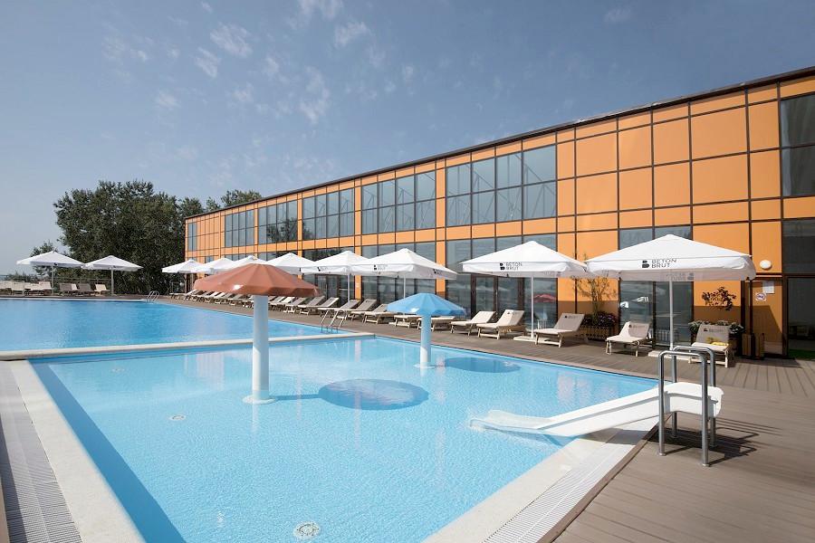 Открытый бассейн отеля Beton Brut