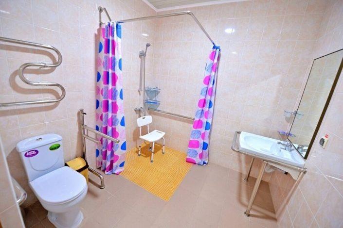 Туалетная комната Семейного номера для людей с ограниченными способностями в корпусе Черноморский