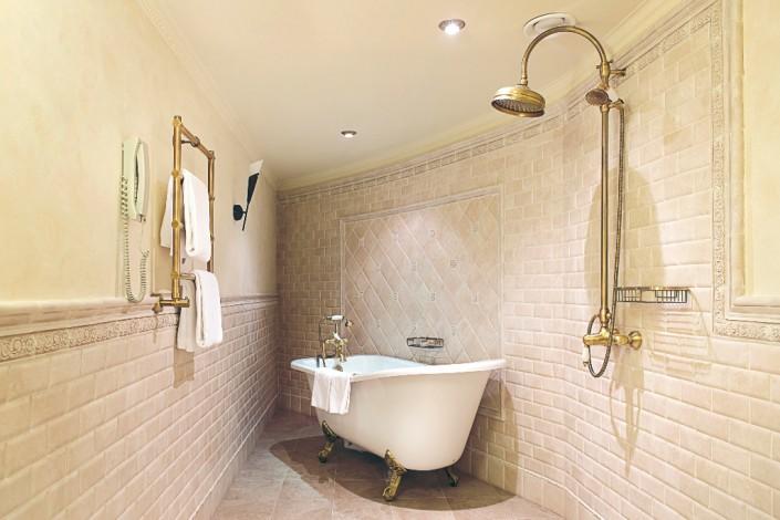 Ванная комната номера Юниор Сюит отеля Богатырь