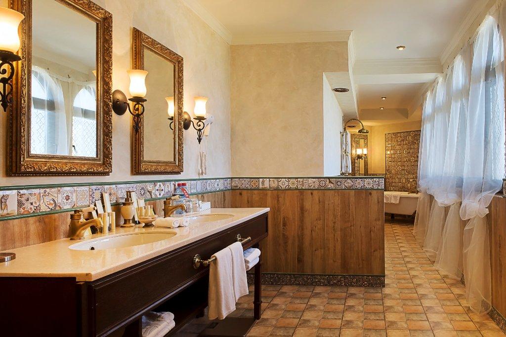 Ванная комната номера Роял Сюит отеля Богатырь