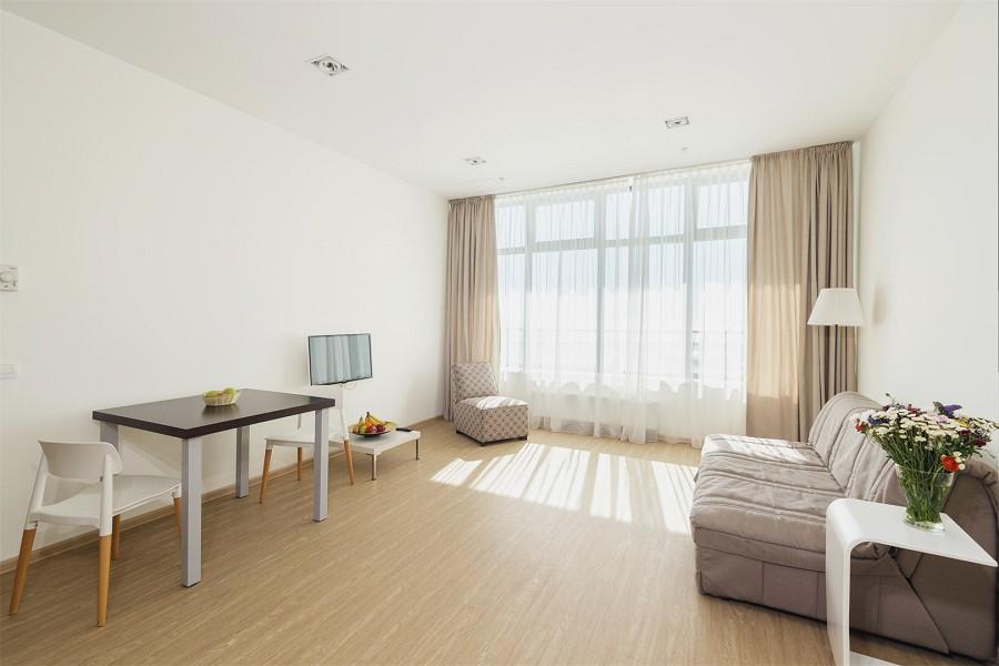 Двухкомнатный апартамент с видом на город или на море апарт-теля Бревис