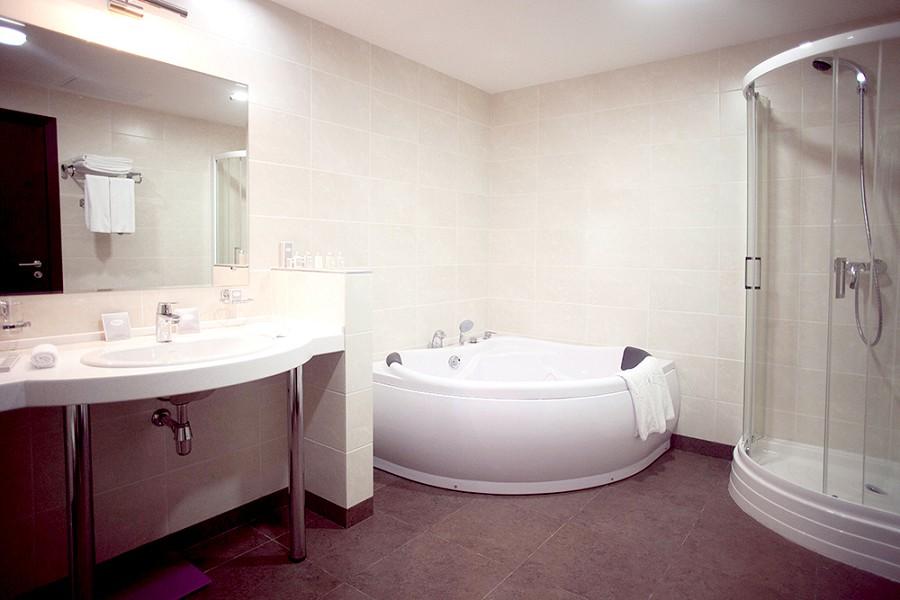 Ванная комната номера Люкс отеля Bridge Resort, Сочи, Имеретинский курорт