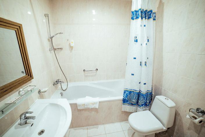 Туалетная комната номера Сюит в отеле Бристоль
