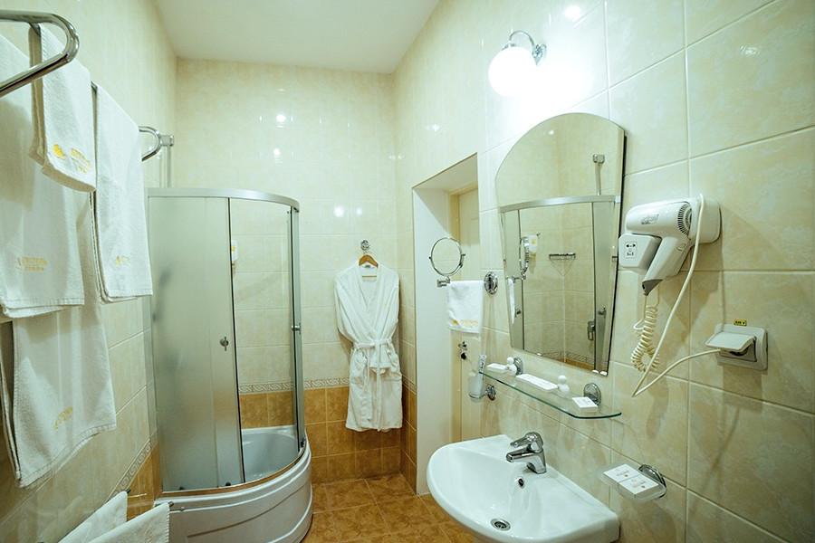 Туалетная комната номера Сюит Семейный в отеле Бристоль