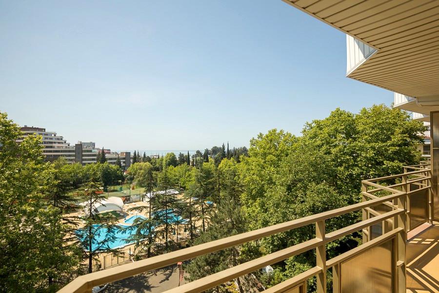 Вид на бассейн с балкона номера в Корпусе №2 пансионата Бургас