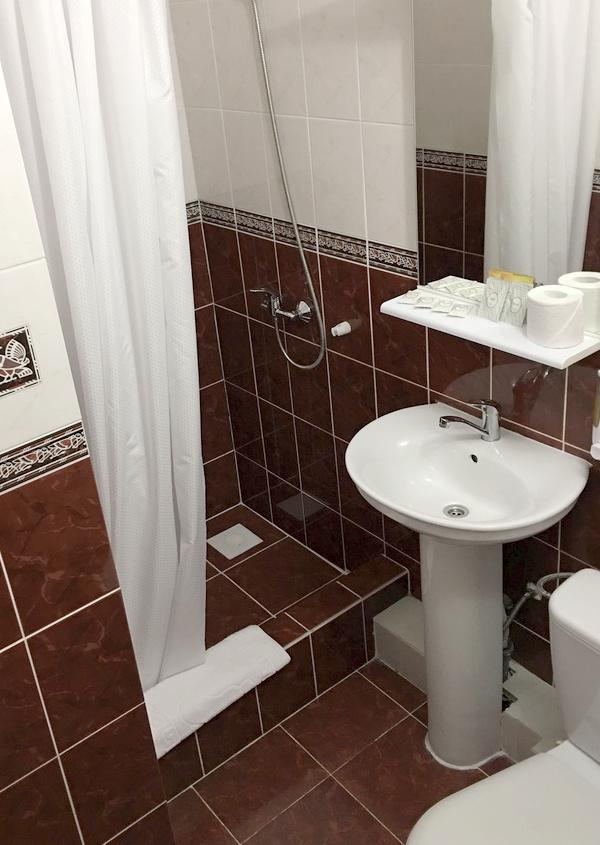 Туалетная комната номера Семейный двухкомнатный гостиницы Чайка