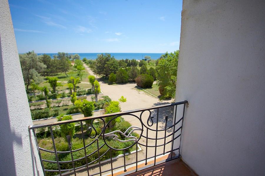 Вид с балкона одного из номеров санатория Чайка