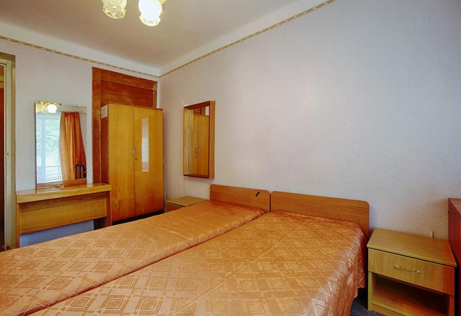 Стандартный двухместный номер санатория им. Челюскинцев, Гагра, Абхазия