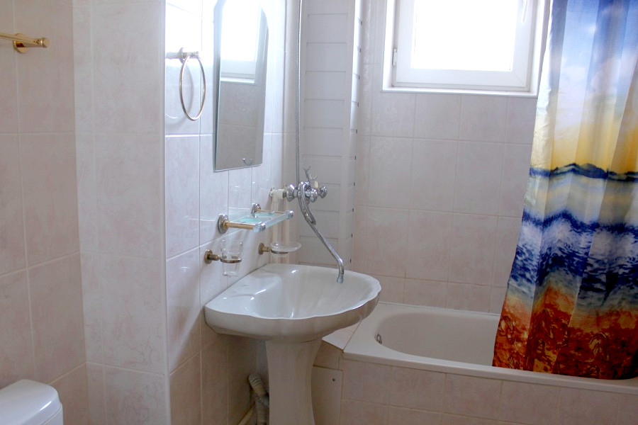 Туалетная комната Стандартного номера в отеле Черноморочка