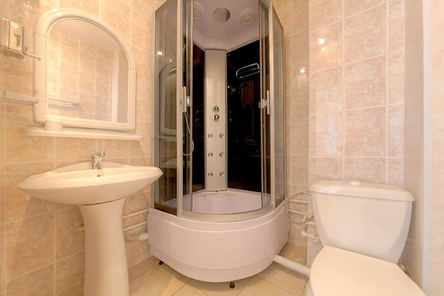 Туалетная комната Стандартного терхместного номера в гостинице Черноморская