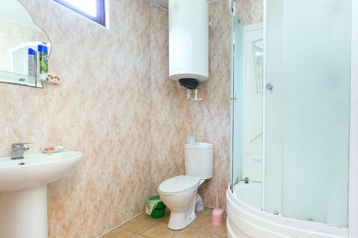 ТуалеТуалетная комната в коттедже комплекса Чистая водатная комната в номере комплекса Чистая вода
