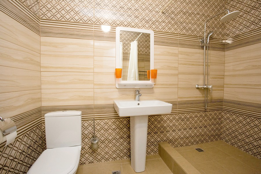 Туалетная комната номера Комфорт в пансионате Цитрус