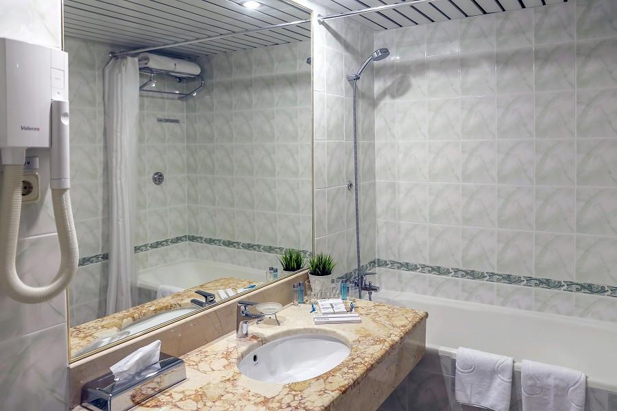 Туалетная комната номера Люкс в City Park Hotel
