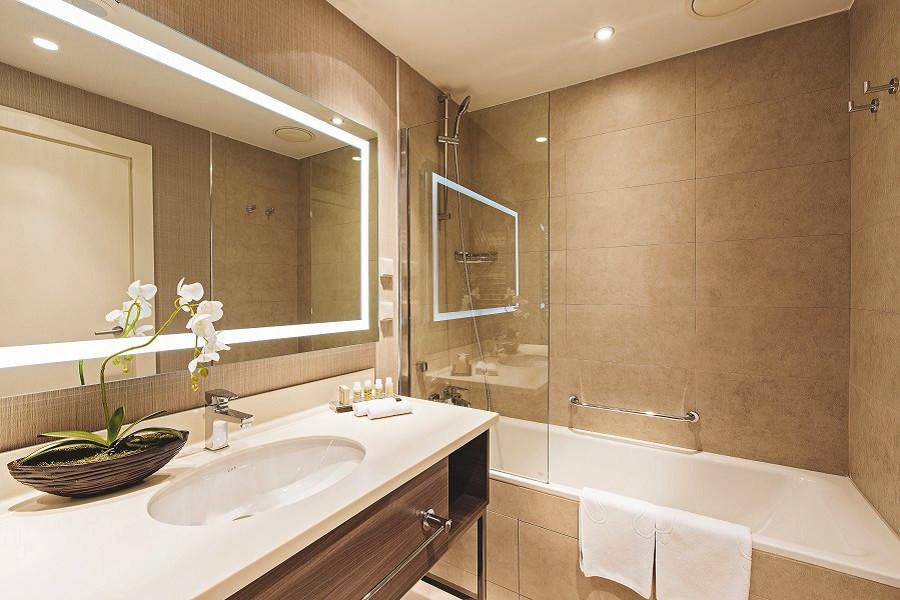 Ванная комната в Стандартном номере Courtyard by Marriott Sochi Krasnaya Polyana