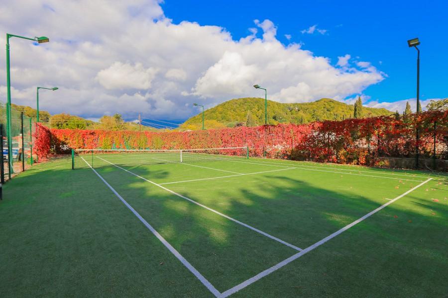 Теннисный корт на территории отеля Дельфин, Пицунда, Абхазия