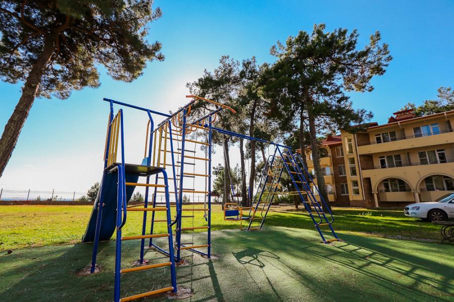 Детская площадка на территории отеля Дельфин, Пицунда, Абхазия
