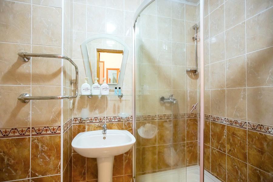 Туалетная комната номера Эконом в парк-отеле Демерджи