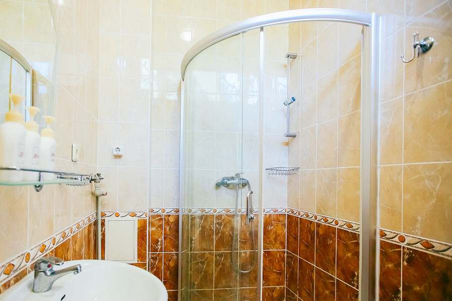 Туалетная комната Стандартного номера в парк-отеле Демерджи