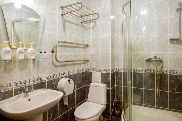 Туалетная комната номера Комфорт двухкомнатный в парк-отеле Демерджи