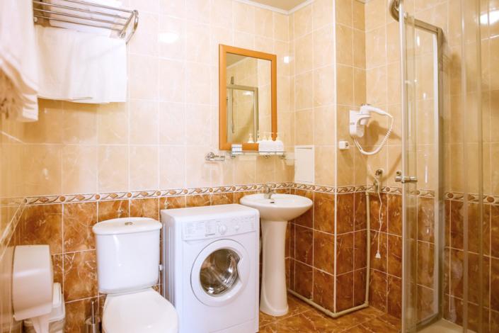 Туалетная комната номера Комфорт трехкомнатный в парк-отеле Демерджи