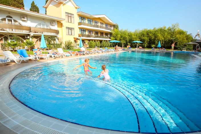 Бассейн на территории парк-отеля Демерджи