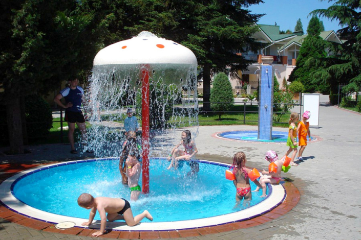 Детский бассейн на территории парк-отеля Демерджи