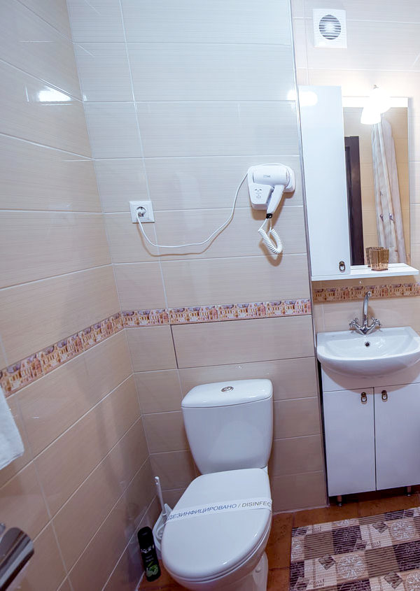 Туалетная комната номера Семейный в отеле Донна Роза