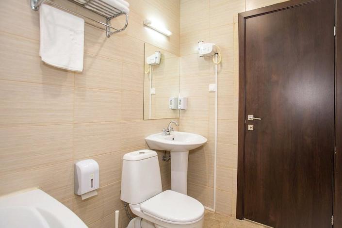 Туалетная комната номера Комфорт с лоджией в пансионате Dublin & Dolphin