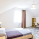 Одна из спален в двухэтажном коттедже пансионата Dublin & Dolphin
