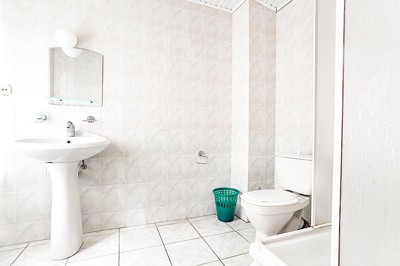 Туалетная комната Улучшенного трехместного двухкомнатного номера пансионата Джемете