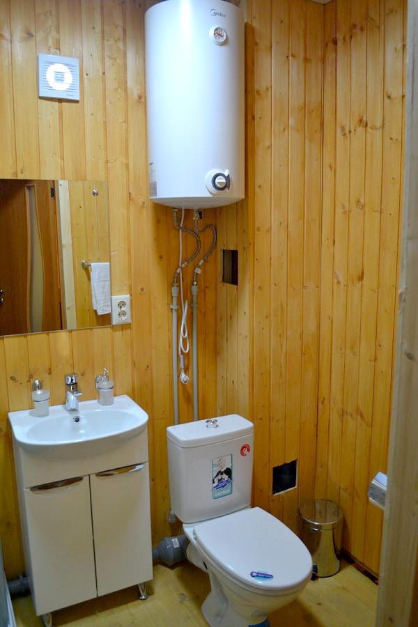 Туалетная комната в номере отеля Эко-Папа