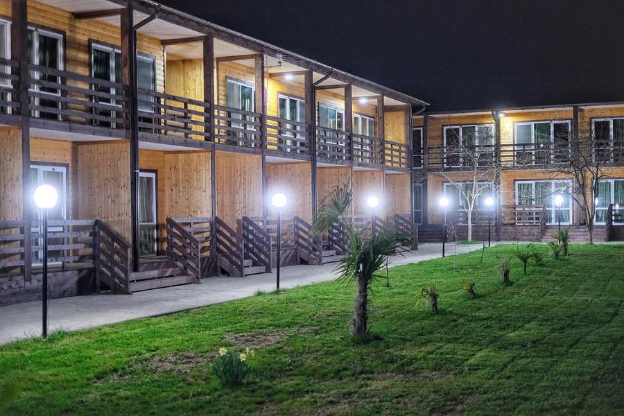 Территория отеля Эко-Папа вечером
