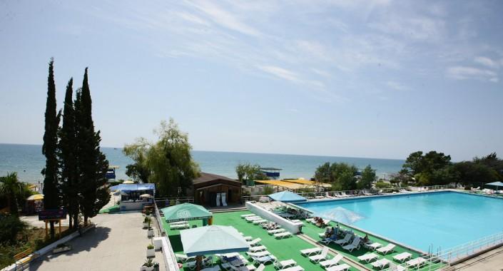 Вид с балкона на море и бассейн