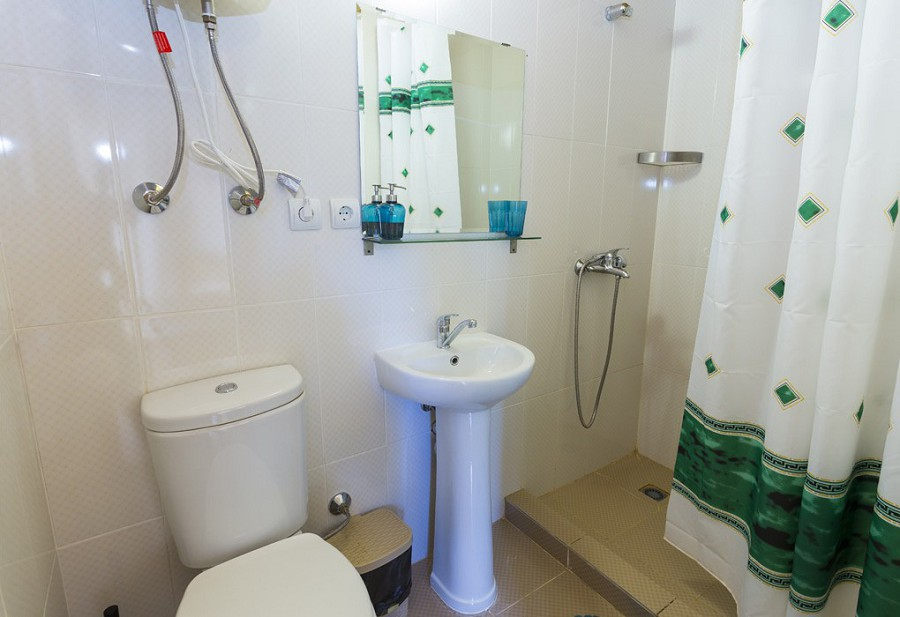 Туалетная комната в номере коттеджа Эко-Вилладж, Новый Афон