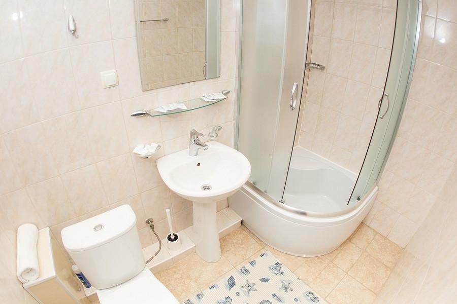 Туалетная комната номера Стандарт Семейный четырехместный 2* отеля Экодом Адлер