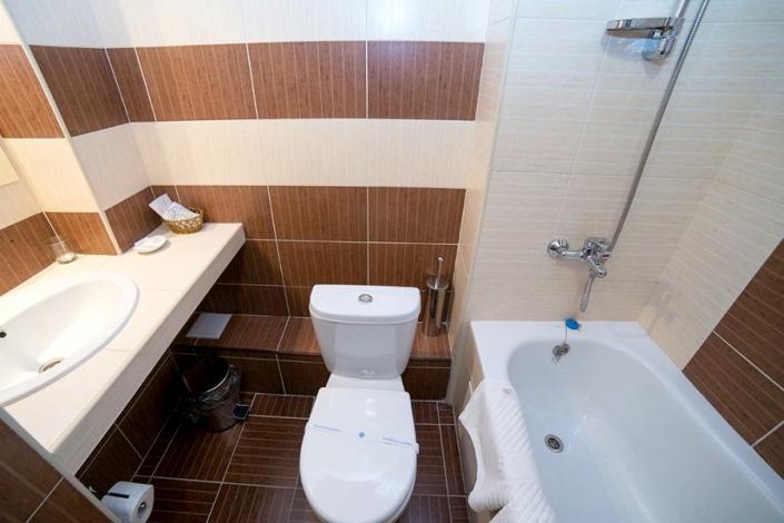 Туалетная комната Стандартного номера отеля Эмеральд