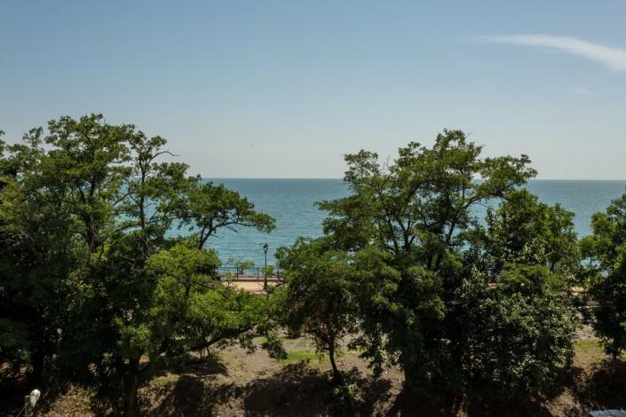 Вид на набережную и море с балкона номера гостевого дома Эв Рошель