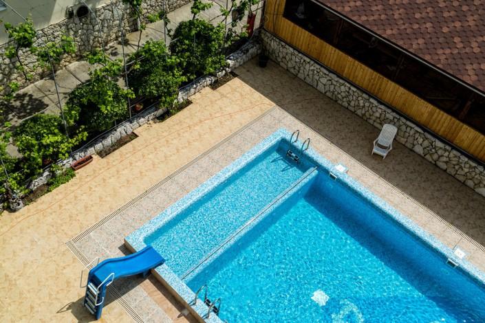 Бассейн гостевого дома Эв Рошель вид с балкона